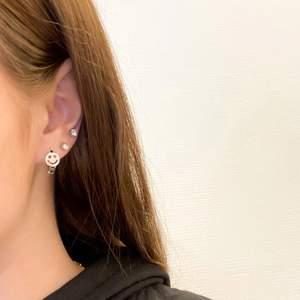 Supersöta smiley örhängen i sterling silver, nickelfria! Mer finns på instagram @tinsel.details 🥰