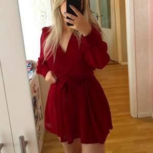Sååå fin klänning med knytning i midjan💖 den är mer mörkrosa än röd i verkligheten!!
