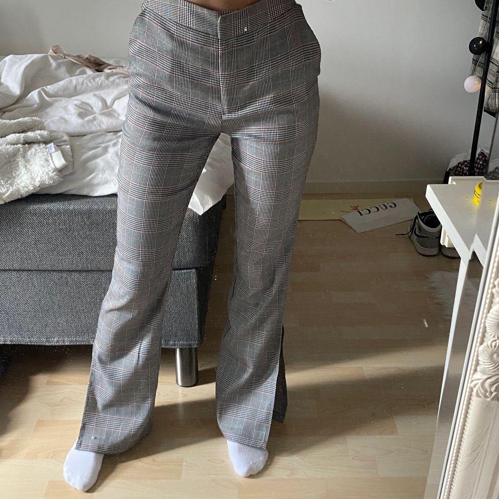 Super fina slutsålda kostym byxor från NA-KD i storlek 34. Knappt använda, super fin pass form med slits nere vid fötterna!  Buda om fler är intresserade. Köparen står för frakt. Jeans & Byxor.