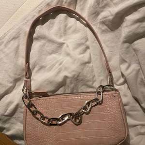 En jättefin rosa axelväska i nyskick som jag bara har använt en gång. Inte riktigt min stil längre men älskar denna väskan. Köpare står för frakt💗