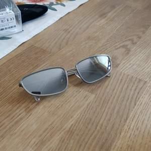 Solglasögon med spegelreflektion på glasen. Från Weekday. Fraktkostnaden tillkommer.