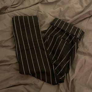 Svart och vit randig skinny jeans från bershka i storlek 34 tillkommer med en skärp som en detalj