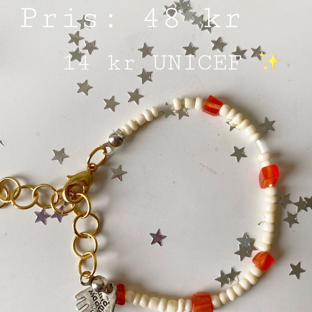 Egengjort Armband ✨  Armband med stenliknande pärlor, justerbart till handleden 🦋 30% ifrån köpet går till UNICEF ✨. Accessoarer.