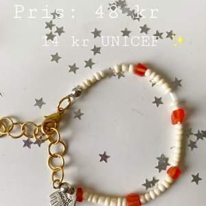 Egengjort Armband ✨  Armband med stenliknande pärlor, justerbart till handleden 🦋 30% ifrån köpet går till UNICEF ✨