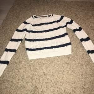 En jättefin stickad, randig tröja i storlek xs, använd några gånger. Köparen står för frakten!