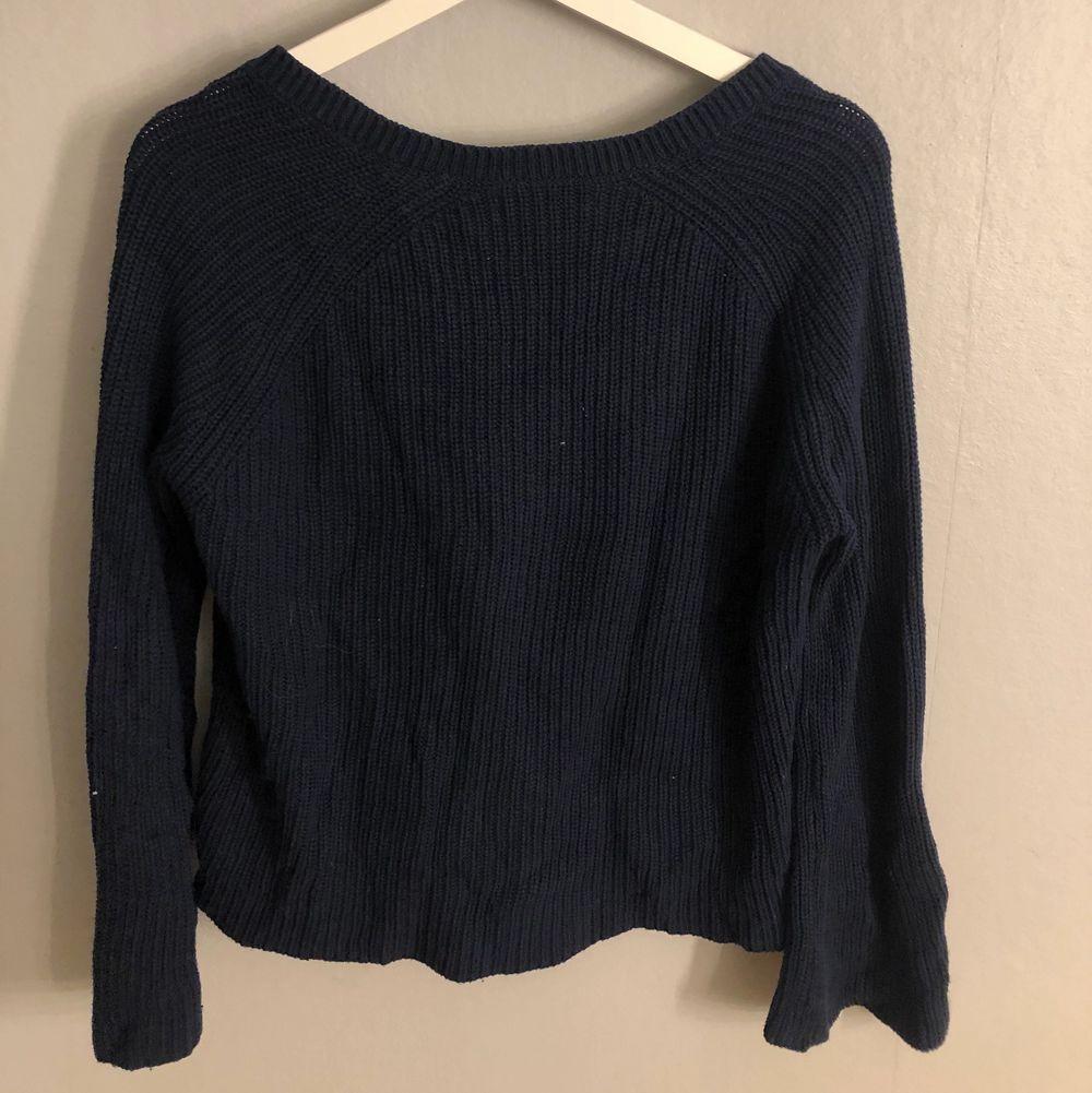 Marinblå stickad tröja med v-ringning!! Köparen står för frakten❗️. Stickat.