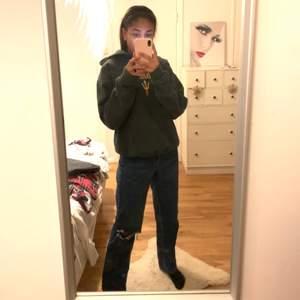 Snygga mörkblå jeans med ett hål på vänstra knät❣️ storlek står tyvörr inte men skulle passa någon med 34, 36, 38