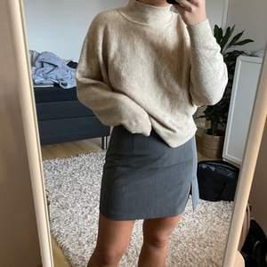 En beige stickad tröja från HM i storlek XS men passar även större. Jag är en S