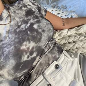 T-shirt med batik av grått och vit, endast provad så jättefint skick❣️
