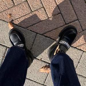 Cosmo 2.0 Chain Loafer från Vagabond. Super fin loafer i en mer chunky modell i äkta läder. Köpta för 1400 och väldigt sparsamt använda. I storlek 39 - Jag möts gärna upp i stockholm alt står köparen för frakten.