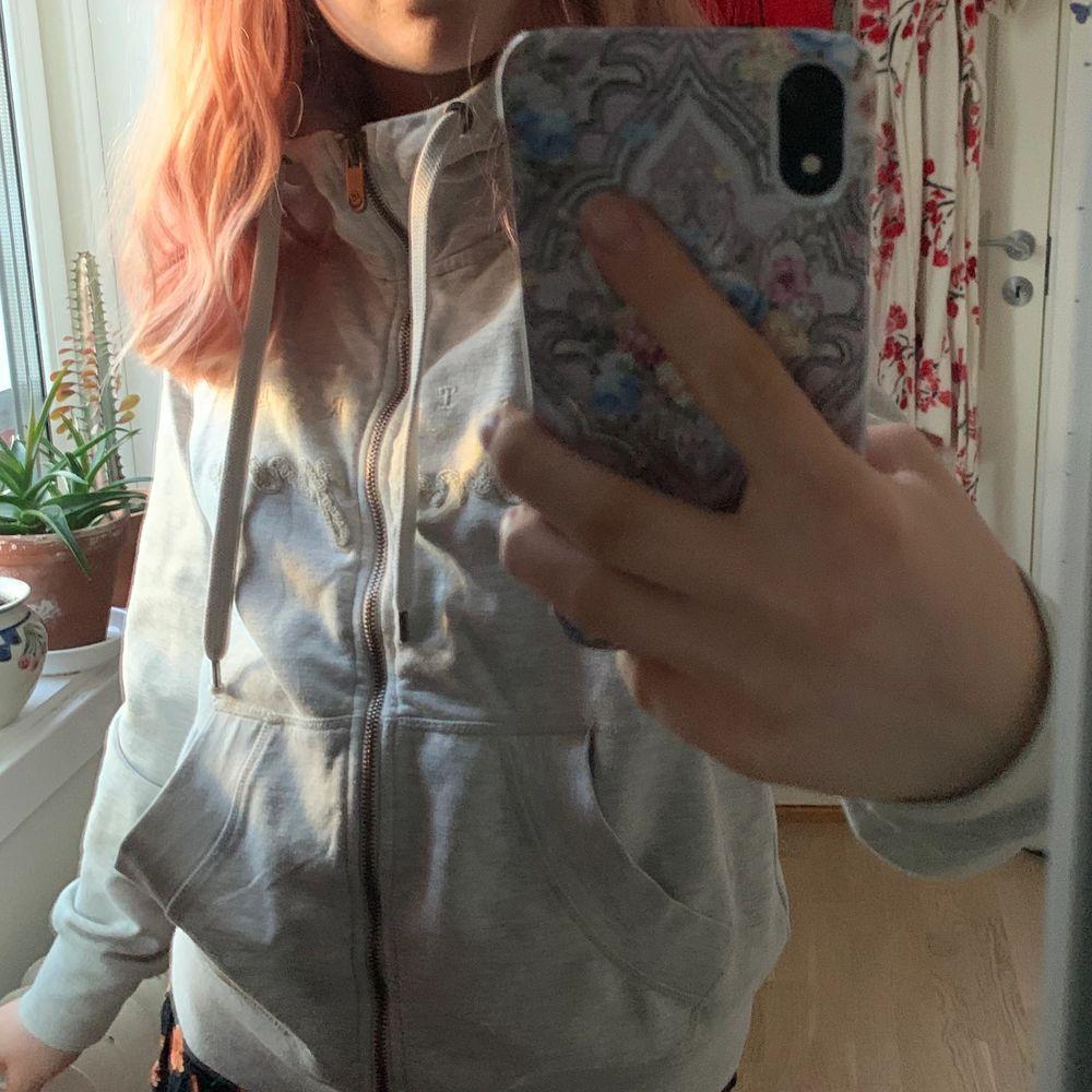 Grå hoodie, knappt använd! Köparen står för frakten⭐️. Huvtröjor & Träningströjor.
