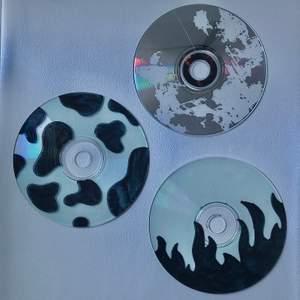 Tre cd skivor att sätta på väggen 💿 Säljer dem för 40 kr plus frakt (12kr).