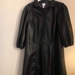 Super fin klänning i läderimitation. Storlek 42 men passar mig som har vanligtvis 36 beroende på hur man önskar att den ska sitta. Använd en gång
