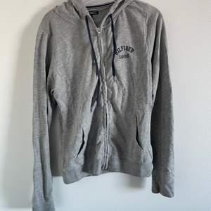 Assnygg Tommy Hilfiger hoodie köpt på Åhléns förra året för 800! Den är i bästa skicket då den mestadels hängt i garderoben. Säljer för 350 kan gå ner vid snabb affär! Köpare står för frakt eller möts upp i Stockholm!💕