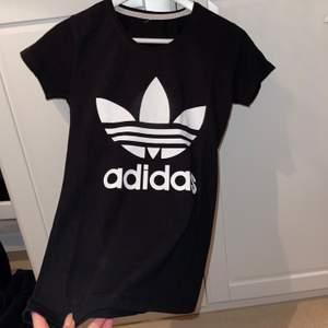 Säljer min adidas T-shirt som jag använt 2-3 gånger, är i storleken S