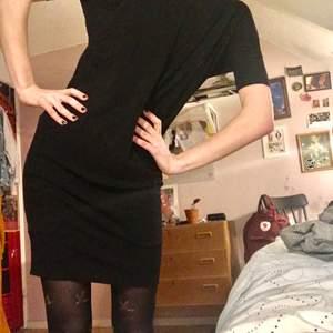 Söt svart klänning i lite åtsmitande passform, till när man vill vara casual med ändå lite fancy! Av märket Whyred <3