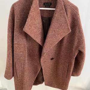 Really good condition Massimo Duti coat (red and beige-y)! The size is L.  The price is negotiable, so feel free to send me a message to discuss or if you want more information/pictures!☺️ I accept Swish and PayPal if you rather do that!