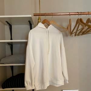 Lite oversize hoodie. Aldrig använd så den är helt ren och fin vit färg. Skicka dm om du vill ha fler bilder. Köparen står för frakt. ❤️