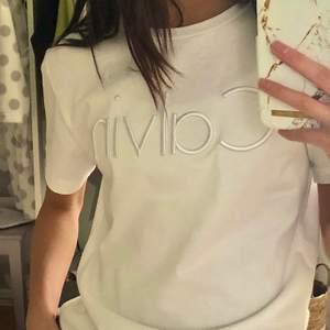 En Calvin Klein t-shirt i storlek XS. Har aldrig använt den förutom när jag tog bilderna och är i perfekt skick. Säljer den för 140 kr plus frakt på 45kr.