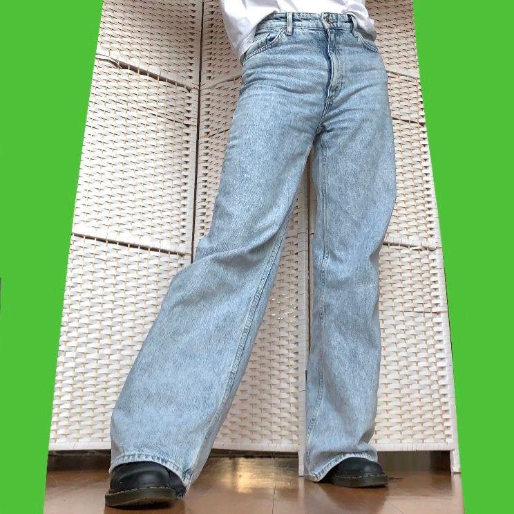Knappt använda ljusblå Monki Yoko Jeans!! Baggy och ligger snyggt över skorna. 🌱 Säljer då de är för stora för mig: De såldes som w27 men mäter till 74 cm i midjemått vilket motsvarar w29. Jag är 170 cm lång ♥️ Patchen bak är bortsprättad👖. Jeans & Byxor.