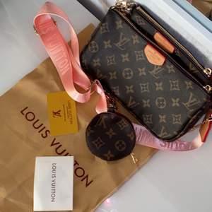 """En jätte fin Louis Vuitton väska i modellen """"pochette"""", äkta skinn! Den är i nyskick och aldrig använd. Man kan bära väskan som den är eller ta isär och ha dem var för sig. Allt på bilden ingår. Spårbar frakt ingår i priset. Fler bilder kan skickas :)   Topp kvalite och fin kopia!"""