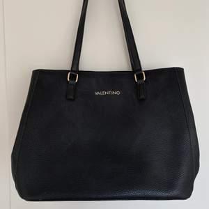 Väska från Valentino (släktingmärket till riktiga Valentino). Ena knappen på sidan av väskan har lossnat, annars är den som ny :) köparen står för frakten!