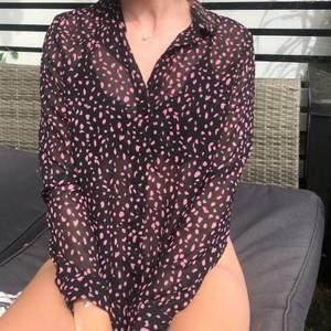 Väldigt fin tunn meshskjorta från H&M. Säljer då den inte kommit till så mycket användning plus att den är lite liten för min smak. Men älskar den😍 Storlek: 40, men skulle säga att den är lite liten i storleken. Frakt tillkommer!