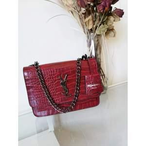 Nya! Yves Saint Lawrent CROCODILE-EMBOSSED väska. Väskan finns i tre färger (swipe) Mycket fin väska med stainless steel kedja. AAA-Kopia med en outstanding ektahets look.
