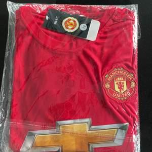Helt nya Manchester United kläder. T-shirt och shorts. Nummer 9. Passar en Xs eller barn 12-14 år.