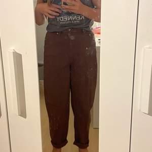 Jättesnygga bruna jeans i Stl 38 men passar mig som har 36 vanligtvis. Aldrig använda endast testade. Modellen Mom jeans. Går att vika ned vid fötterna. Spårbar frakt 66 kr så kan du spåra ditt paket i PostNord appen