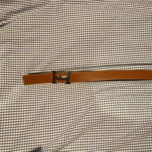 Där här är ett hermes bälte i man storlek. Bältet kan vara i två olika färger svart och brun. skärpet är gjord av läder och är ganska fräsch. Jag har knappt använd skärpet men kände att den va lite stor.