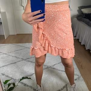Söt orange kjol med blommönster från Ginatricot🧡