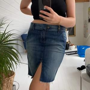 Jättefin jeanskjol från Benetton med slits framtill. 🥰Plagget är i bra skick. Passar Xsmall och Small