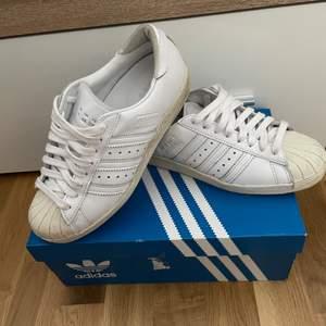 Ett par Adidas Superstar 80s skor som jag inte använder längre. Helt ok skick, jag använde ett par gånger. Jag kommer putsa till dem mer innan jag skickar. storlek 37 1/2