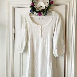 Drömmis vit klänning i tunt stickat material. Jättefina mönster och söta knappar! Riktig sommardröm! 🌼 vet varken märke eller storlek men skulle säga xs-s, jag är s-m och den är lite kort på mig men det är en smaksak!💛 i fint skick!!