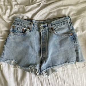 Vintage levis jeansshorts, passar jättebra på mig som har W26 även om storleken säger annat☺️ Defekt (se bild 3) därav det billiga priset! Spårbar frakt 57kr⚡️