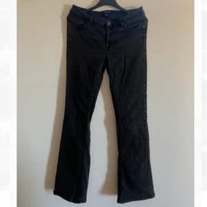 Säljer dessa svarta lågmidjade jeans då de tyvärr inte passar mig längre. Storlek 38 men skulle säga att de mer är som storlek 34/36. Skriv vid intresse eller frågor.
