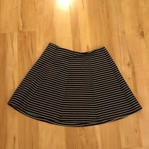 Säljer en fin randig kjol som inte har kommit till användning.🌟 inga fläckar vad jag ser🤩 stolek 146/152 men är stor i stoleken!!🦋 30kr💘
