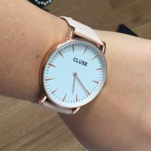 En rosa klocka från märket cluse kan inte komma på något pris du kan få bestämma eller lägga bud i fint skick använt typ 2ggr.