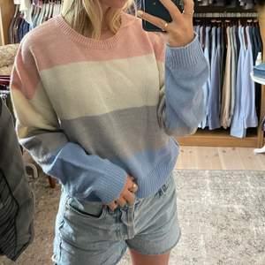 Stickad tröja från H&M i strl XS! Varm och passar perfekt nu när det börjar bli kallare! Frakt tillkommer.