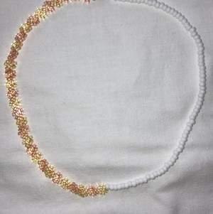 Modernt och populärt pärlat halsband, halva sidan med blommor och andra sidan med vita seed beads. Se gärna mina andra annonser för fler halsband och ringar.