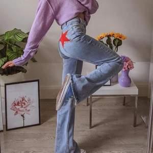 Supercoola jeans med röda stjärnor på i bak 🤩 Vida/flare modell. Köpta rätt dyrt, men de var för korta på mig. Jag är 176 cm och de sluta lite över fotknölen på mig. Innerbenslängd är 70 cm. Midjemått är: ca 78 cm. Det står storlek M men passar även S. Skriv privat för mer bilder! 💓 350kr + frakt (de två första bilderna är lånade)