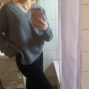 jag säljer den här stikade tröjan från NA-KD, köpte den för 400kr, har använt den 4 gånger ungefär tvättat den 5 gånger, köpte den för ett halv år sen, passar både s,m och L, sitter löst och luftigt, en liten fläck på kragen går bort i tvättmaskinen.