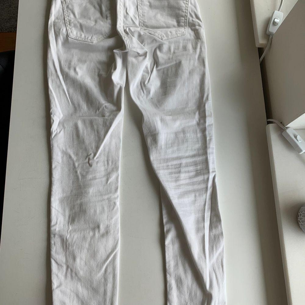 Vita tighta jeans i stl S från Gina Tricot. Fint skick, nästan aldrig använda. Byxorna kostar 100 kr, frakt ingår ej. Swipe för fler bilder.. Jeans & Byxor.