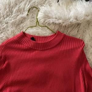 En röd ribbad tröja från hm
