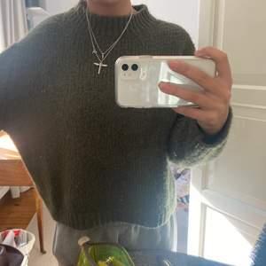 Grön tjock tröja från zara i storlek s! Super fin och skön!