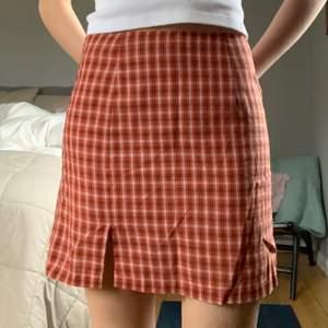 """röd """"rutig"""" kjol från princess polly. Använd 2 ggr och i superbra skick. Storlek 36 men skulle säg lite mindre. Nypris ca 400kr +frakt. Kom privat vid fler frågor! buda från 100kr +frakt💗"""