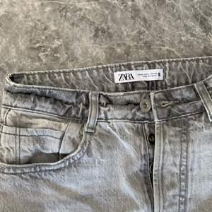 Raka jeans från zara, slitningar och sitter superfint på! Storlek 34 men lite stora i storleken så passar även 36!
