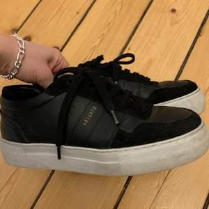 Säljer dessa fina svarta sneakers från Axel Arigato, i mocka & skinn. Dom är använda men inte slitna! Storlek 37, men kan passa en med liiiite större fot. Skriv för frågor och/eller bilder⚡️🪐💘 pris kan diskuteras vid snabb affär 🥰