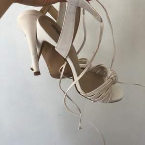 Ett par klackar som har en klack runt 8-9 cm. Inte helt nya så därav lite slitage men inget som syns när skorna är på. Perfekta till bal eller andra fina sammanhang, passar mig som är en 38/39!!🤍🤍 ge egna förslag till pris